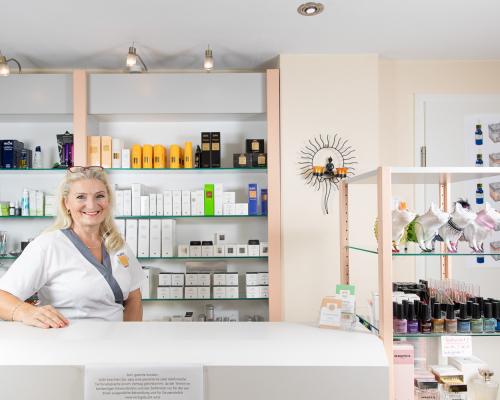 Kosmetikinstitut Bildstein - Silke an der Rezeption